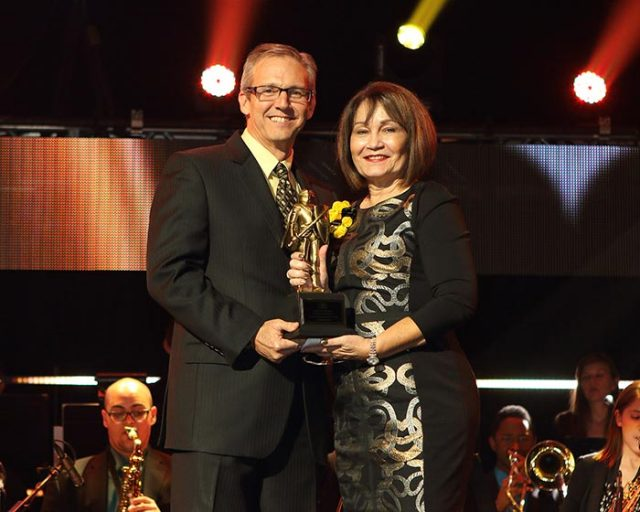 Marcos Marchena, '82, current chairman of the UCF Board of Trustees, and ex-officio member of the UCF Foundation Board of Directors, presented this year's Service to UCF Award to Olga Calvet, '71.