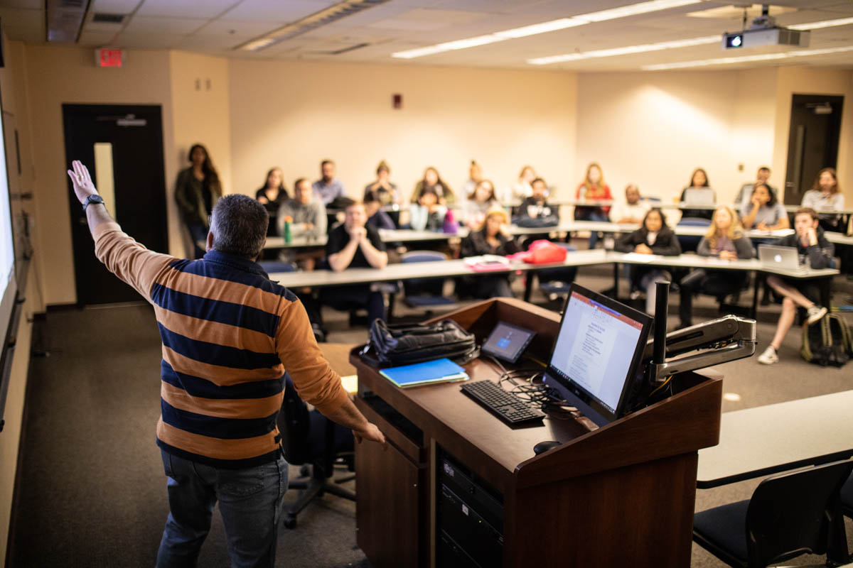 Management Instructor Gary Nichols '87 goes over conflict resolution strategies during a class. (Photo by Austin Warren)