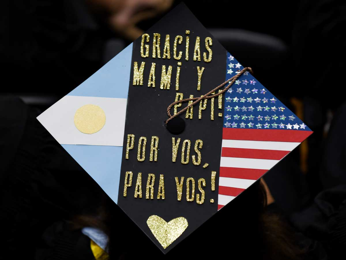 Decorated grad cap: Gracias Mami y paip! Por Vos, Para Vos!