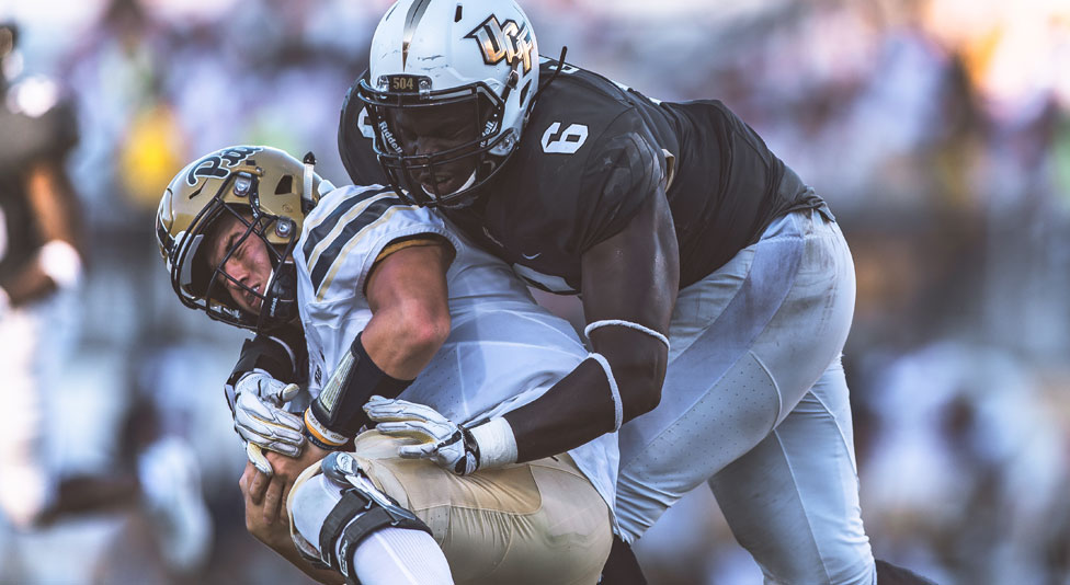 ucf wide receiver tristan payton tackling pitt football player